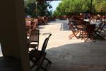 снимка на здрави дървени столове за открито