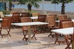 снимка на качествен дървен стол за градина