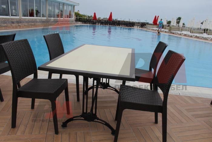 Универсален стол и маса от ратан за заведения за всесезонно използване