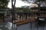 снимка на Удобни маси и столове от тъмен ратан