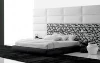 Тапицирано легло в бяло и черно.
