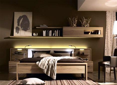 Поръчкова спалня с вградени нощни шкафчета и нестандартни рафтове