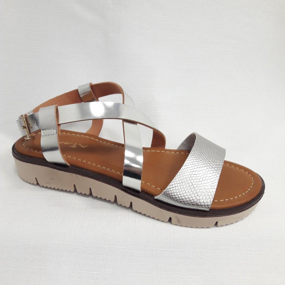 снимка на Сребристи дамски кожени сандали.