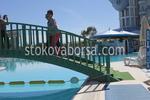 снимка на дървени мостове за басейни