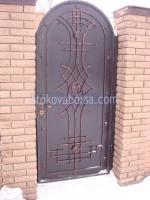 снимка на кована портална врата