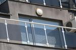 снимка на парапети за балкони от стъкло и неръждаема стомана